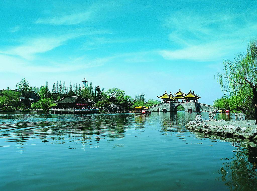 瘦西湖其实是扬州城外一条较宽的河道,原名保扬湖。面积480多亩,长4.3公里。原是唐罗城、宋大城的护城河遗迹,南起北城河,北抵蜀冈脚下,明清时期,许多富甲天下的盐业巨子纷纷在沿河两岸,不惜重金聘请造园名家擘画经营,构筑水上园林。乾隆极盛时期沿湖有二十四景:卷石洞天、西园曲水、虹桥览胜、冶春诗社、长堤春柳、荷浦薰风、碧玉交流、四桥烟雨、春台明月、白塔晴云、三过流淙、蜀岗晚照、万松叠翠、花屿双泉、双峰云栈、山亭野眺、临水红霞、绿稻香来、竹市小楼、平岗艳雪、绿杨城廓、香海慈云、梅岭春生、水云胜概,誉为&ld